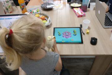 une petite fille apprenant en s'amusant la programmation